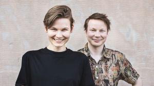Dokumentärfilmaren Katri Koivula och poeten Niillas Holmberg.