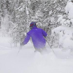 Tom Nylund tar sig till Pyhä för att testa att åka offpist för första gången och åker in i skogen.