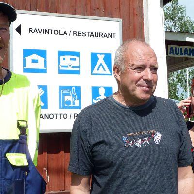 SF-Caravan Kanta-Häme ry:n puheenjohtaja Jyrki Nikkanen sekä Heikki Alutoin ja vaimonsa Tuija Tunturi.