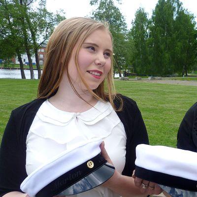 Ylioppilaslakit käsissään äiti ja tytär Heljä (oik.) ja Marion Arvola