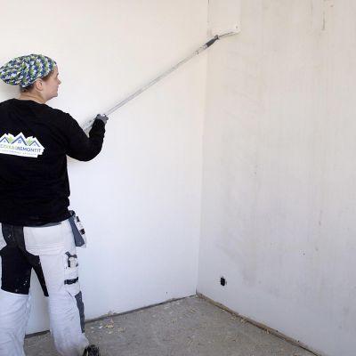 Jenna maalaa