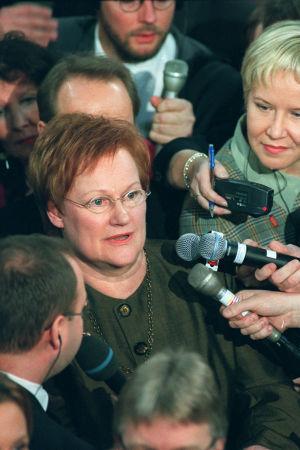 Tarja Halonen toimittajien ympäröimänä presidentinvaalien ensimmäisellä kierroksella vuonna 2000.
