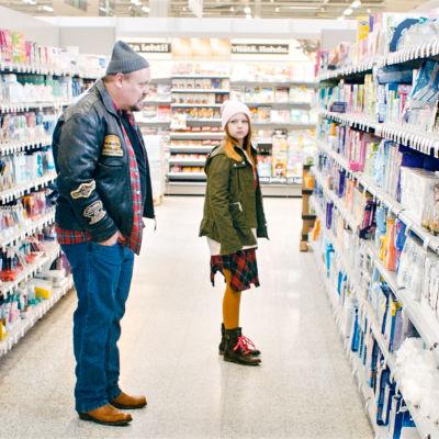 Timo (Hannu-Pekka Björkman) ja Saara (Kati Vainionpää) elokuvassa Pieniä kömpelöitä hellyydenosoituksia