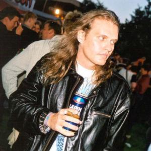 Lasse grönroos med långt hår och cigarr på Popkalaset i Ekenäs.