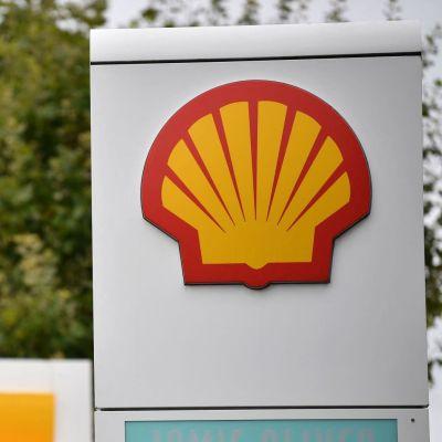 Shell-yhtiön kylttejä huoltoasemalla.