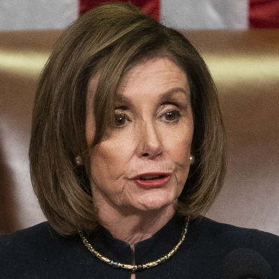 Nancy Pelosi, talman i USA:s representanthus, svingar klubban.
