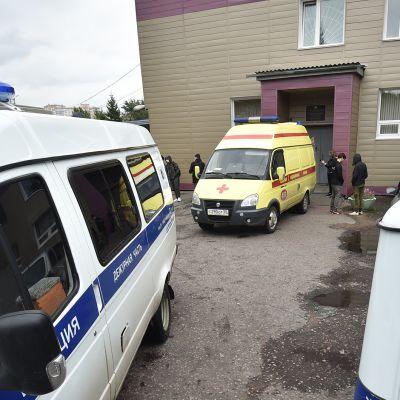 poliis- ja ambulanssiautoja sairaalan edessä Omskissa Venäjällä.