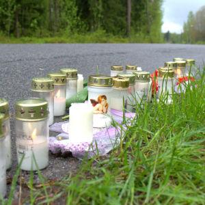 En 15-åring avled på platsen när den traktor som han färdades med åkte i diket.