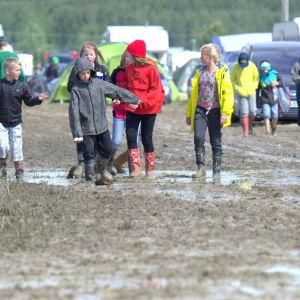 Mycket vatten och barn på mötesområdet.
