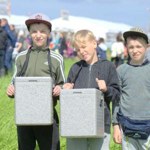Syskonen Suomela säljer glass på Söderfjärden