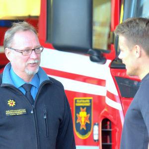 Räddningsdirektör Tero Mäki diskuterar med brandmannen Christoffer Jåfs.