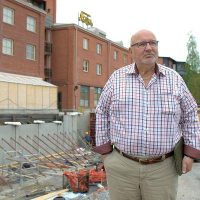 Lars-Erik Gästgivars vid byggarbetsplatsen intill hans hotell i Smedsby.