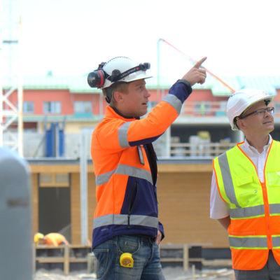 Christian Björklund och Mikael Snellman på Lemminkäinens bygge vid finska teatern i Vasa.