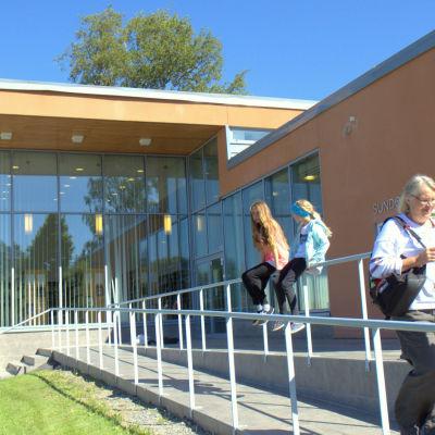 Sundom bibliotek är integrerat i byns skola.