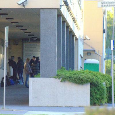 Asylsökande utanför polisstation i Vasa