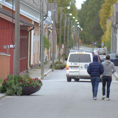 En polisbil patruller längs Alholmsgatan i Jakobstad.