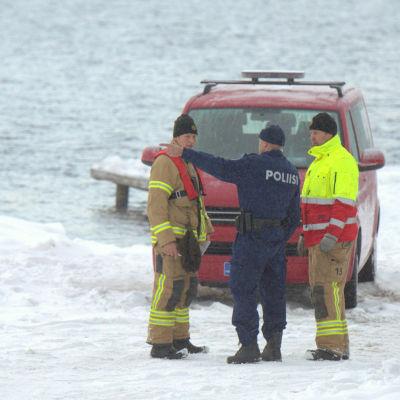 Polis och räddningstjänst söker en försvunnen kvinna i Kronoby.