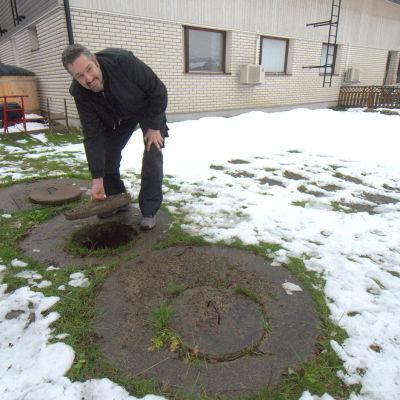 Thomas Hedqvist i Singsby visar upp sin trekammarbrunn på gården.