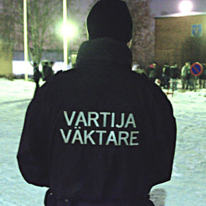 Flera väktare fanns på plats vid kommunkansliet i Vörå.