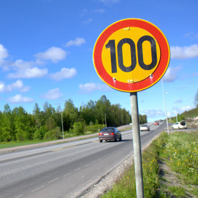 100-skylt vid riksåttan, förlängningen av Smedsby omfartsväg