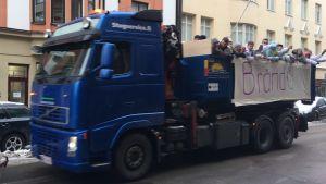 Brändö gymansiums abiturienter på lastbilsflak på penkis.