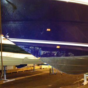 den större båten som fått lite skråmor