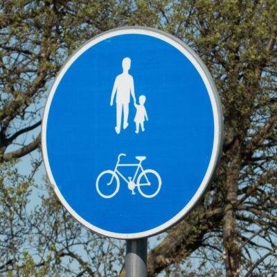 Ett blått trafikmärke för gång- och cykelbana.