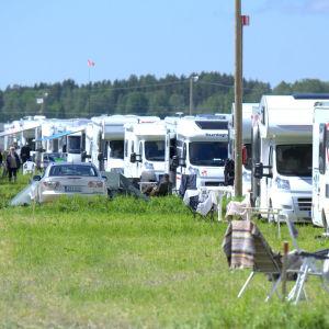 Husvagnar och husbilar i massor.
