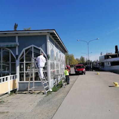 Kesäravintola Tuulaakin ulkoseinää kunnostetaan.