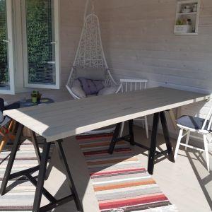Ett matbord till lusthuset. Lillemor Enlund, Närpes.