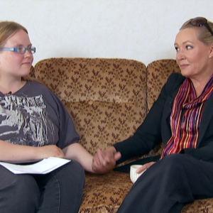 Tuhkimotarinoiden Emma istuu sohvalla Outi Brouxin kanssa.
