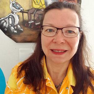 Vallin Ikäteknologiakeskuksen asiantuntija Lea Stenberg lähikuvassa.