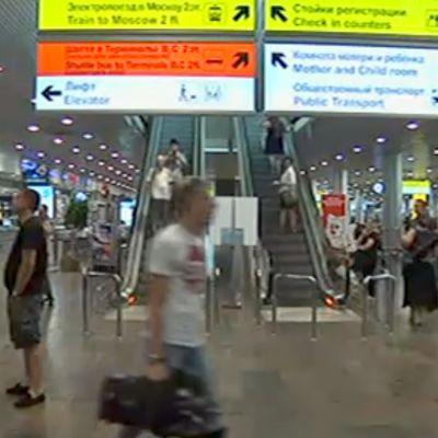 ihmisiä lentoasemalla