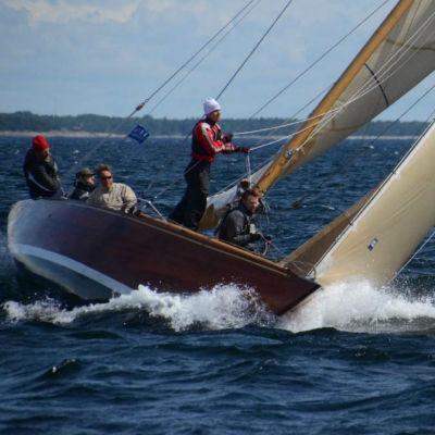 En 8mR segelbåt rundar en boj under första tävlingsdagen i Hangö regattan 2016.