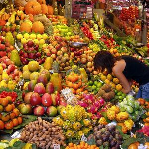 Fruktstånd på en marknad i Barcelona.