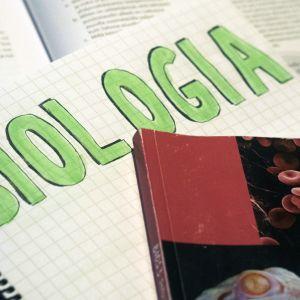 Kuvassa vihko, jossa isolla teksti biologia