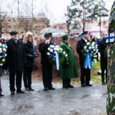 Seppeleenlasku Kuopion Sankaripuistossa itsenäisyyspäivänä.