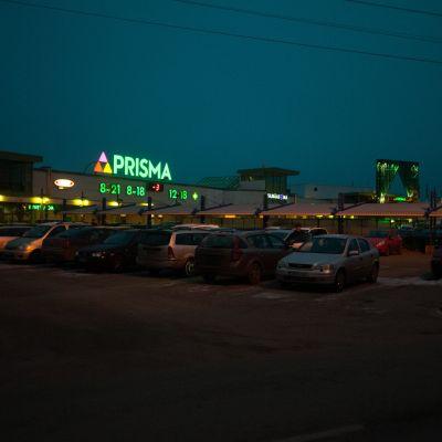 Kuopion Prisman parkkipaikka.
