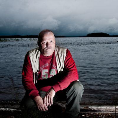 Kalastaja Laakajärven rannalla.
