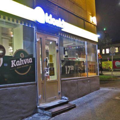 Tampereen Amurin R-kioski pimeässä.