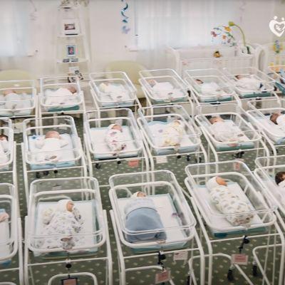 Kuvakaappaus BioTexCom klinikan YouTubevideosta jossa näyttävät lapsia jotka odottavat vanhempiaan.