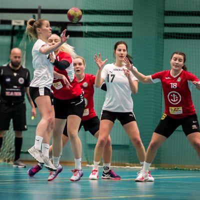 Damhandbollspelare spelar en match.