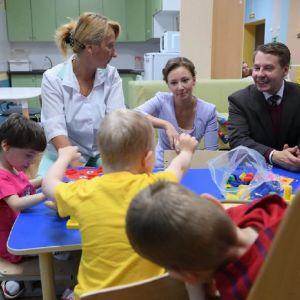 Experter inom frågor som berör barn och barns rättigheter besöker ett hem för barn med utvecklingsstörning under ett seminarium i Sankt Petersburg.