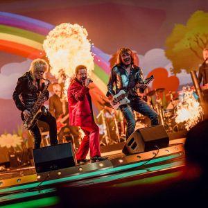 Michael Monroe soittaa Pate Mustajärven ja Costello Hautamäen kanssa SuomiLOVE-lavalla