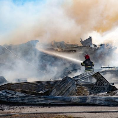 Brandman bekämpar brand i Ilmajoki.