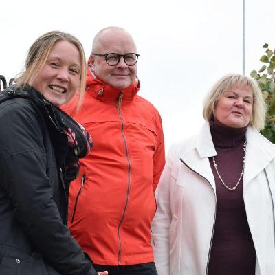 Kenneth Nordell, Minna Rehn och Gilla Granberg poserar i rad utomhus.
