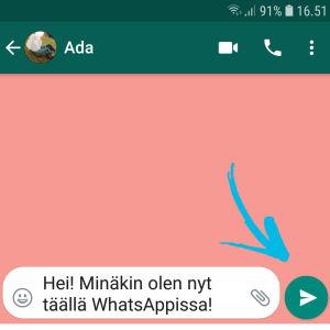 Kuvakaappaus WhatsApp-sovelluksesta: Viestin lähtee nuolesta painamalla.