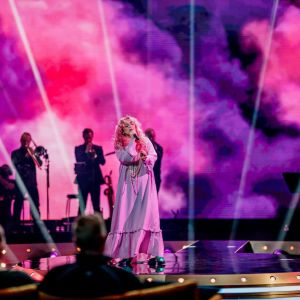 Ellinoora esiintyy SuomiLOVEssa vaaleanpunaisessa mekossa.