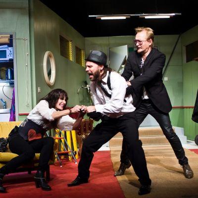 KOM-teatteri: Orkesteri - The Everlast. Kuvassa Samuli Niittymäki, Laura Malmivaara, Juho Milonoff ja Janne Reinikainen.