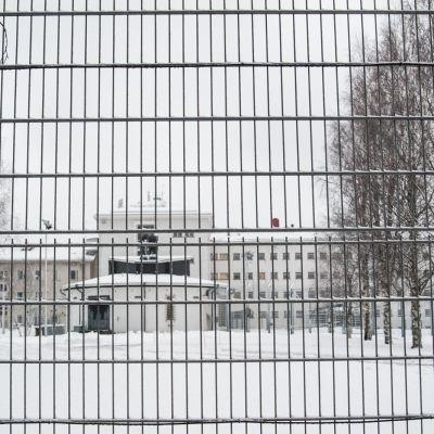 Vankilan portti, jonka takana näkyy itse vankilarakennus.